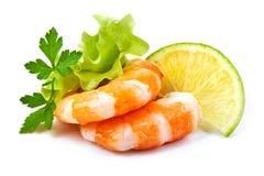 Crevettes de tigre avec la tranche de citron Crevettes roses avec la tranche de citron sur un fond blanc Fruits de mer Photographie stock