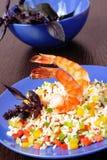 Crevettes de tigre, crevettes roses, avec du riz et des légumes Images stock