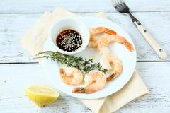 Crevettes de tigre d'un plat blanc Image stock