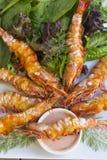 Crevettes embrochées grillées Photos stock