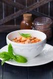 Crevettes en sauce chili douce avec les nouilles de riz minces Nourriture chinoise Menu asiatique Nouilles de sauté avec les crev Images stock