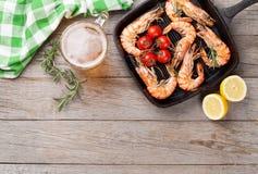 Crevettes et bière grillées Photographie stock