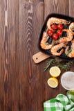 Crevettes et bière grillées Image stock