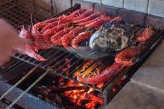 Crevettes et poissons sur le gril Images stock