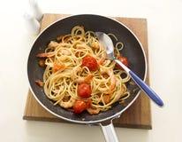 Crevettes et spaghetti dans la casserole Photographie stock libre de droits