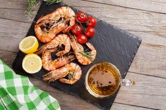Crevettes et tasse de bière grillées photos stock