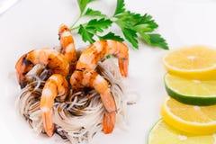 Crevettes fraîches avec des spaghetti Photographie stock libre de droits