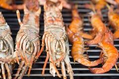 Crevettes fraîches sur le barbecue dehors Photographie stock libre de droits