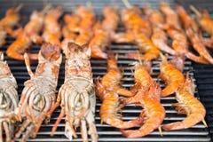 Crevettes fraîches sur le barbecue dehors Photo stock
