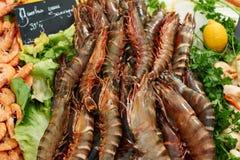 Crevettes fraîches sur le marché Photographie stock
