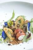 Crevettes frites avec la sauce aigre-doux sur le blanc Photographie stock