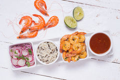 Crevettes grillées avec de la salade de riz et de légume photos libres de droits