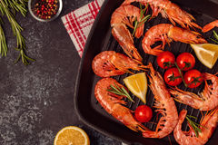 Crevettes grillées avec le citron et le romarin sur la poêle Photo libre de droits