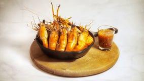 Crevettes grillées de rivière avec de la sauce d'accompagnement épicée images libres de droits