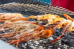 Crevettes grillées par burning frais sur le marché Photographie stock