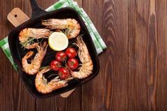 Crevettes grillées sur la poêle Photos libres de droits