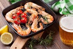 Crevettes grillées sur la poêle et la bière Photo stock