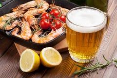 Crevettes grillées sur la poêle et la bière Image stock