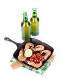 Crevettes grillées sur la poêle et la bière Photographie stock libre de droits