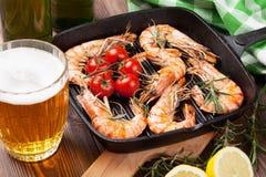 Crevettes grillées sur la poêle et la bière Photo libre de droits