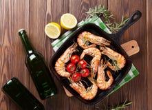 Crevettes grillées sur la poêle et la bière Photos stock