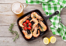 Crevettes grillées sur la poêle et la bière Photographie stock