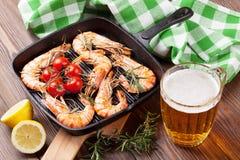 Crevettes grillées sur la poêle et la bière Images libres de droits