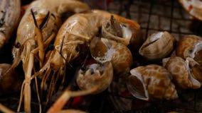 Crevettes grillées sur le gril de fourneau, vue supérieure de faire cuire des fruits de mer de barbecue banque de vidéos