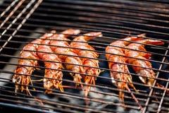 Crevettes grillées sur le gril flamboyant Procédé de cuisson image stock