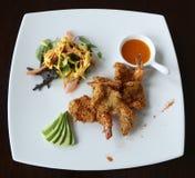 Crevettes grillées avec de la salade servie dans le restaurant gastronomique Photographie stock libre de droits