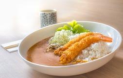 Crevettes pilotées profondes avec du riz et le cari Photographie stock