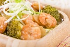 Crevettes roses à l'oignon de gingembre et de ressort Images stock