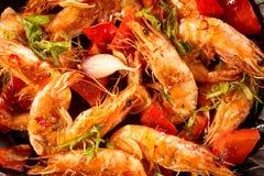 Crevettes roses épicées gastronomes avec l'ail et les herbes photos stock