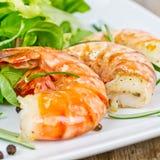 Crevettes roses avec de la salade Photos libres de droits