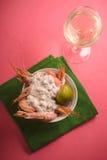 Crevettes roses avec de la sauce à ail crémeuse sur la vue supérieure de fond rose Photo stock