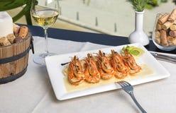 Crevettes roses avec de la sauce à cari servie avec le riz basmati photos libres de droits