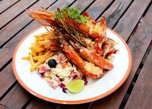 Crevettes roses avec des légumes image stock