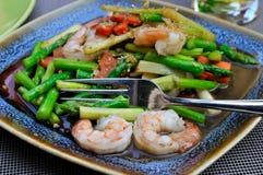 Crevettes roses avec l'aspargus vert Image stock