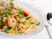 Crevettes roses avec la mangue et la salade Images stock