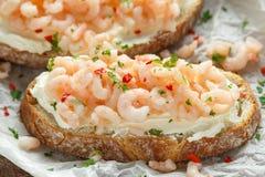 Crevettes roses, bruschette de fruits de mer de crevette avec du fromage crémeux, persil et piment image stock