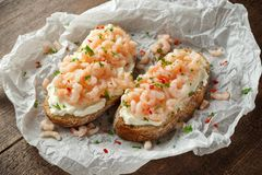 Crevettes roses, bruschette de fruits de mer de crevette avec du fromage crémeux, persil et piment image libre de droits