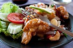 Crevettes roses cuites à la friteuse avec des anacardes Images libres de droits