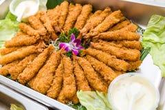 Crevettes roses cuites à la friteuse par Chinois Photographie stock