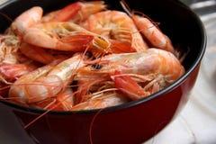 Crevettes roses cuites entières images stock