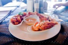 Crevettes roses d'une plaque Photographie stock libre de droits