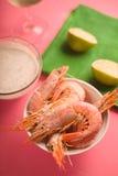 Crevettes roses dans la cuvette en céramique sur le fond rose Image stock