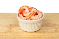 Crevettes roses dans un ramekin photos libres de droits