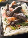 Crevettes roses de filet et de tigre de boeuf de Teriyaki avec le numéro d'Udon Photographie stock libre de droits