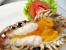 Crevettes roses de rivière d'eau douce géantes enormes grillées délicieuses avec de l'huile principale orange fondue au restauran images stock