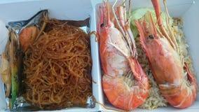 Crevettes roses de rivière sur la nouille de riz frit et en verre de moules Image stock